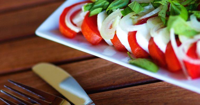 Salát caprese sdomácími rajčaty abazalkou