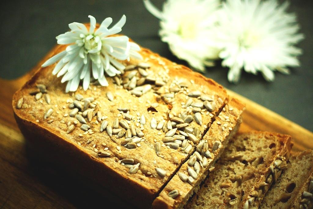 Domácí celozrnný semínkový chléb
