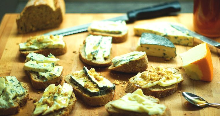 Toasty se sýrem, medem aořechy