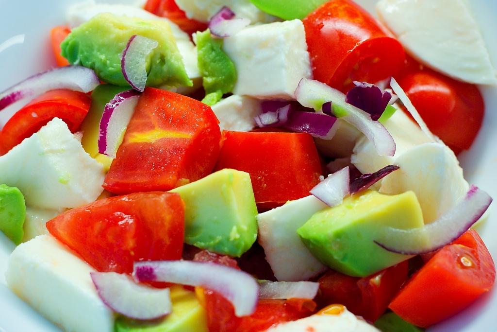Letní salát s avokádem