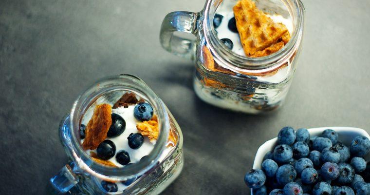 Snídaňové vafle sjogurtem aborůvkami