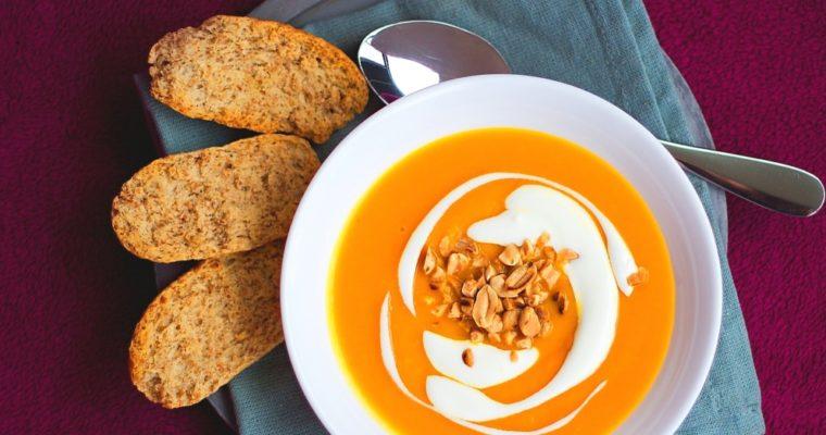 Krém ze sladkých brambor amrkve se zázvorem, chilli arestovanými arašídami