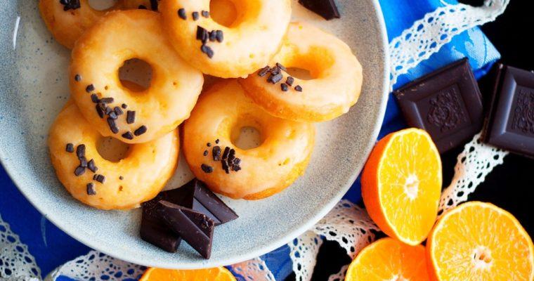 Pečené pomerančové donuty scukrovou polevou