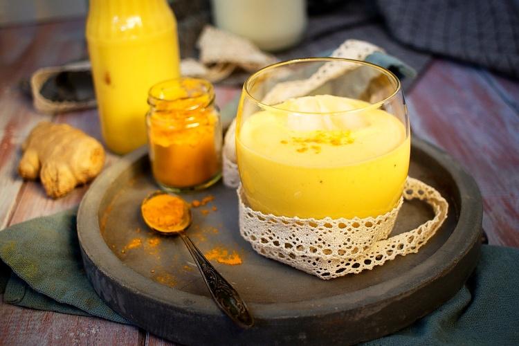 Mangové lassi se zázvorem a kurkumou