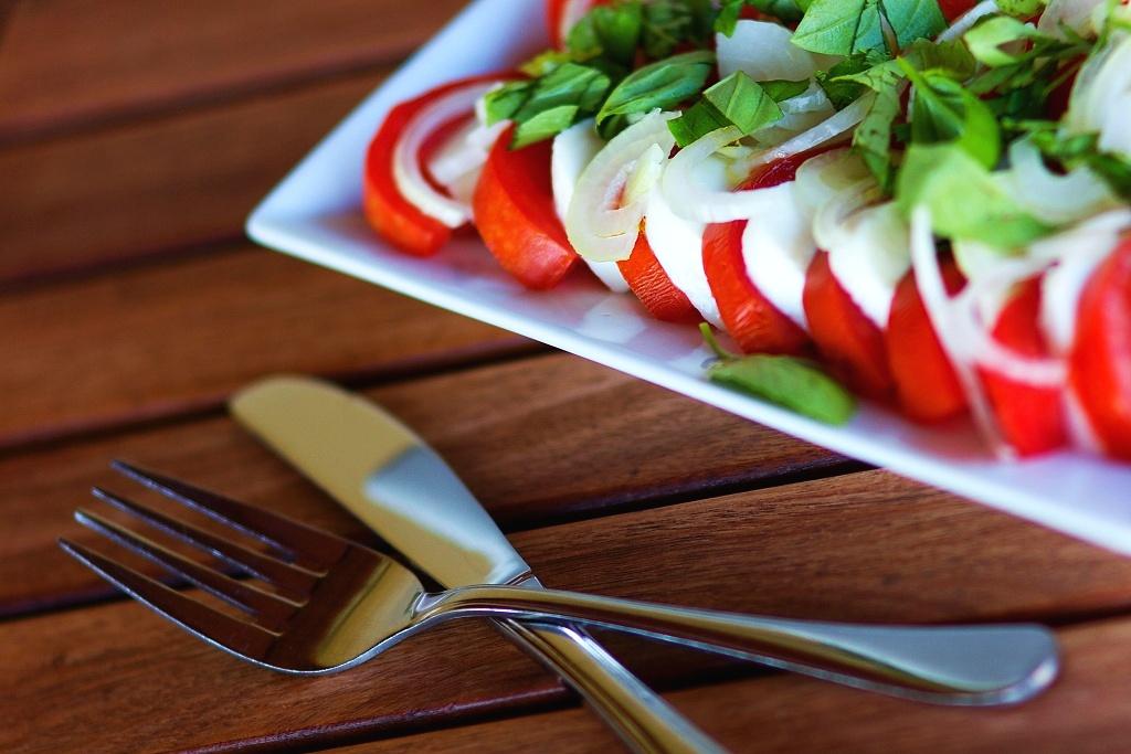 Salát caprese s domácími rajčaty a bazalkou