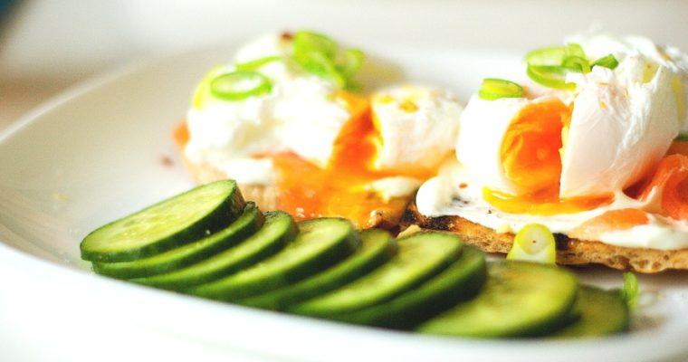 Ztracená vejce suzeným lososem ajarní cibulkou