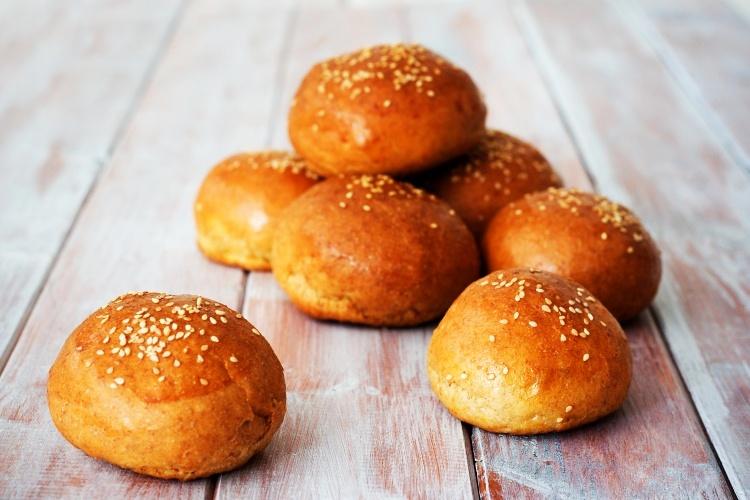 Celozrnné domácí burgerové bulky