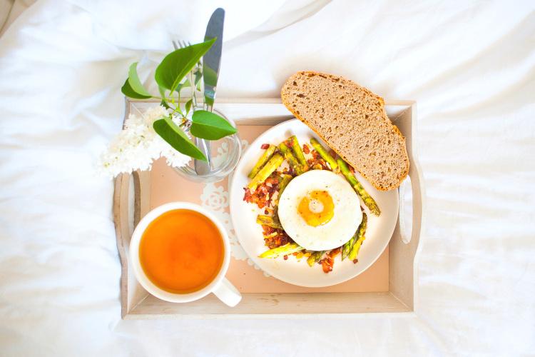 Chřest na másle a česneku se sázeným vejcem